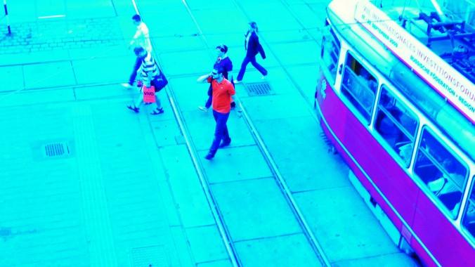 Straßenbahn - menschen verlassen diese und queren die Gleise